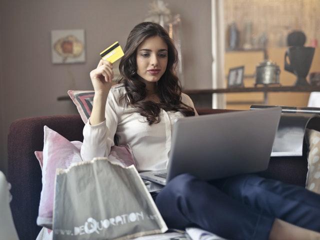 Kvinna handlar online
